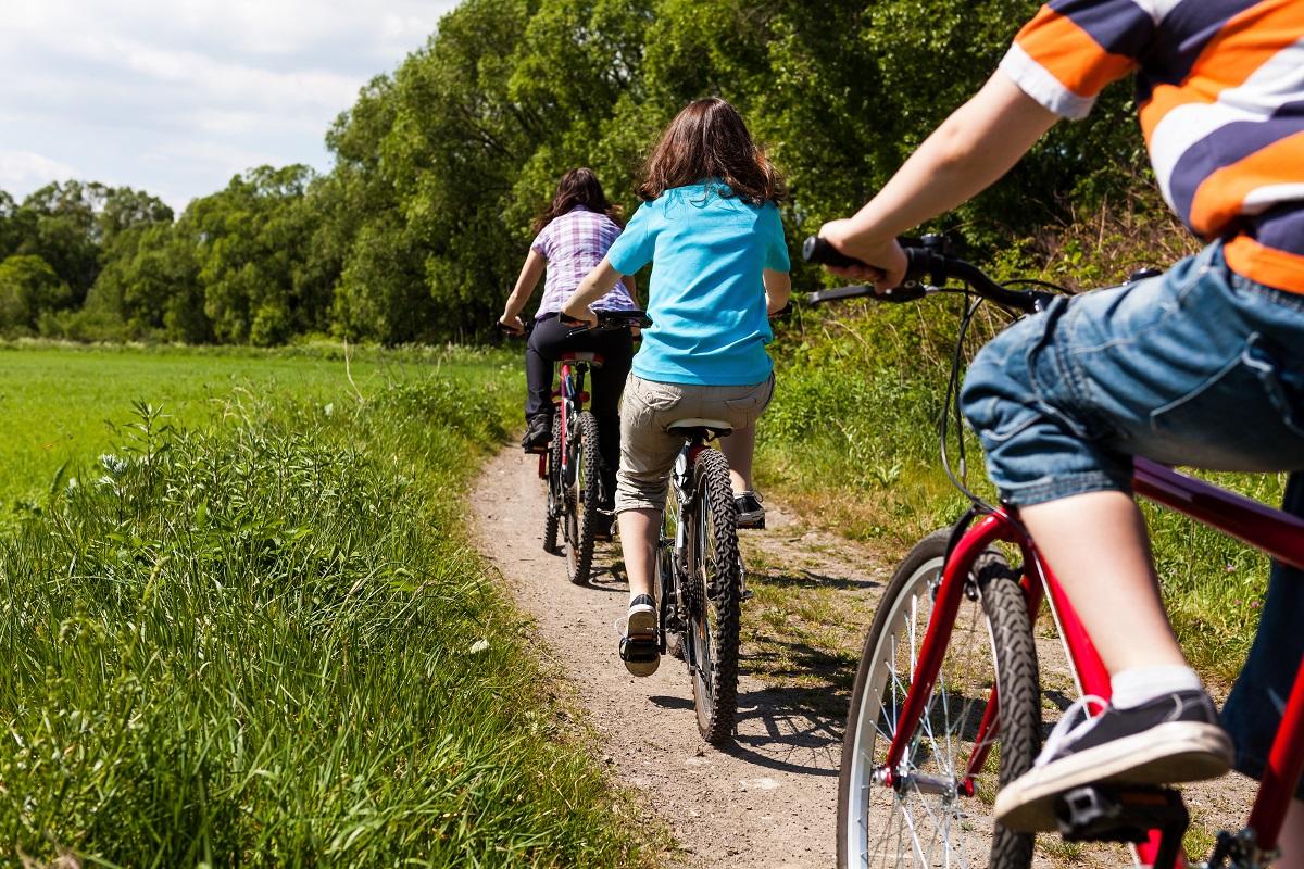 Jazda rowerem jako rodzaj aktywności fizycznej na świeżym powietrzu.