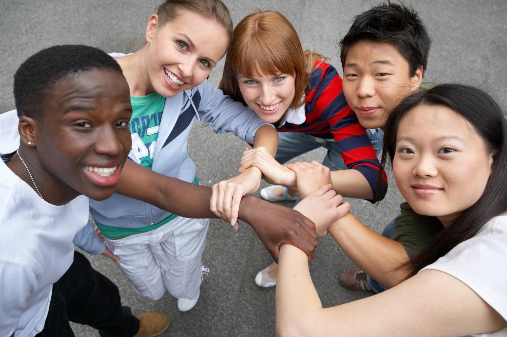 grupa przyjaciół różniących się narodowościa