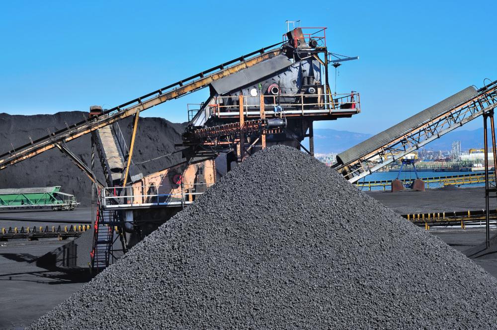 kopalnia węgla na pierwszym planie urzadzenie wraz z taśmami transportowymi