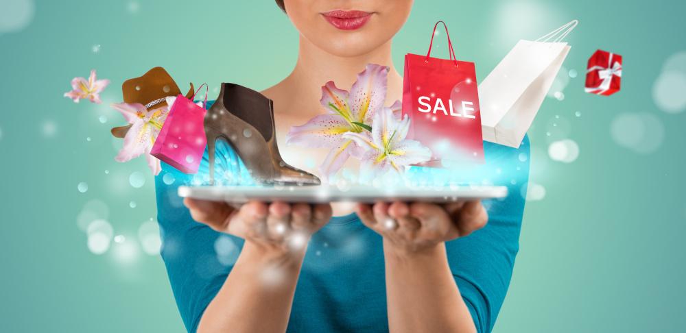 kobieta robiaca zakupy online  trzymajaca na dloni tablet